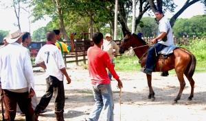 Tito (con la cámara) y otros miembros de la comunidad enfrentando a Mario Marmol después de que había mandado a disparar la llanta del tractor el 25 de abril