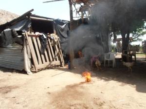 Una bola de fuego arde en el suelo después de haber sido lanzado hacia el techo de palma del rancho comunal